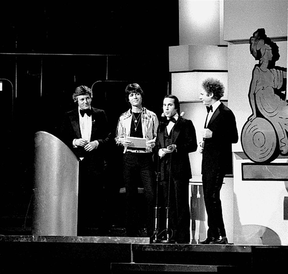 Kết quả hình ảnh cho Simon & Garfunkel, Cliff Richard, Michael Aspel, Paul Simon, BRITS 1977