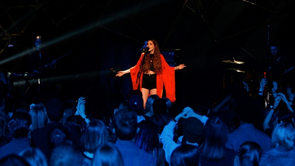 Birdy performing 'Keeping Your Head Up'
