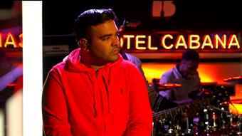 Naughty Boy performs 'La La La'