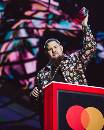 Rag'n'Bone Man accepting his award for British Single at The BRITs