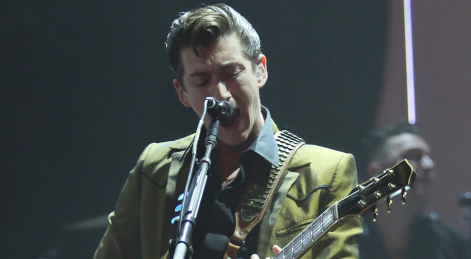 Arctic Monkeys perform 'R U Mine'
