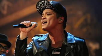 Bruno Mars performs 'Treasure'