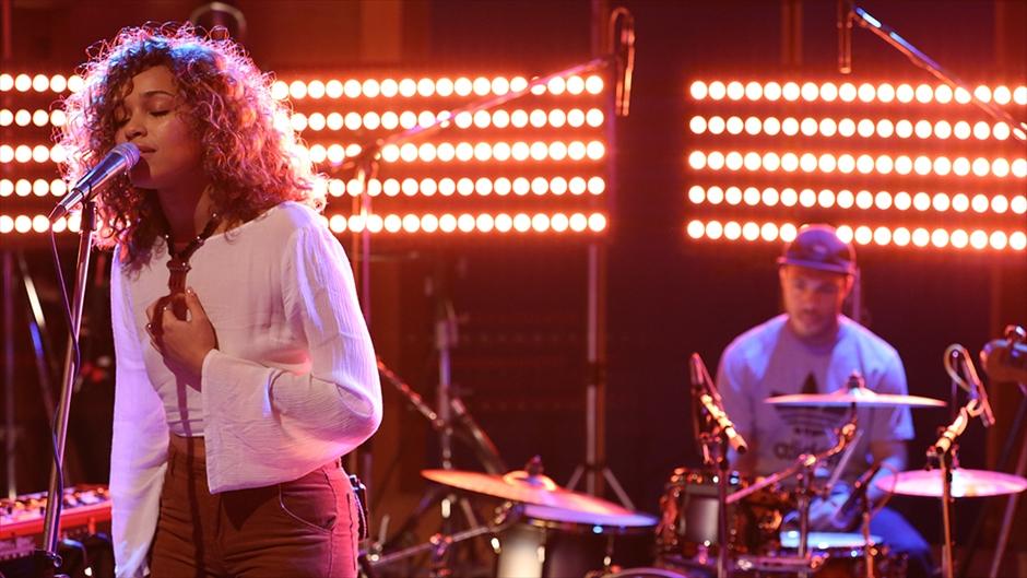 Resultado de imagen de Izzy Bizu - Izzy Bizu performs 'White Tiger' - BRITs 2016 Critics' Choice Sessions
