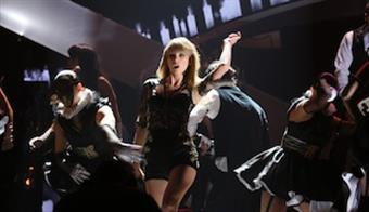 Taylor Swift wows the crowd with her performance of 'I Knew You Were Trouble'