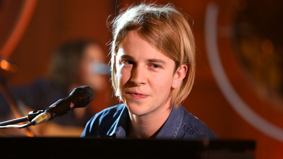 Tom Odell performs Elton John's 'Tiny Dancer'